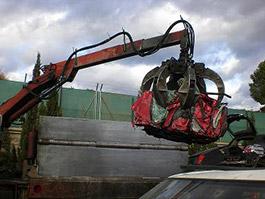 Gancho cogiendo un coche reciclado