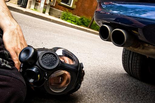 Chico con mascarilla de gas por la contaminación de los coches